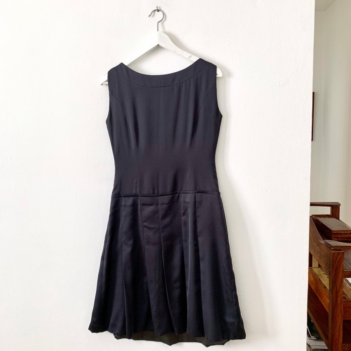 Vestido negro pedrería escote