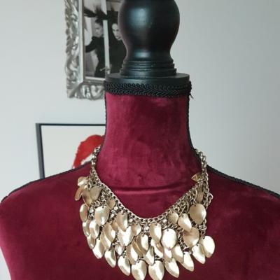 Collar dorado Best for less