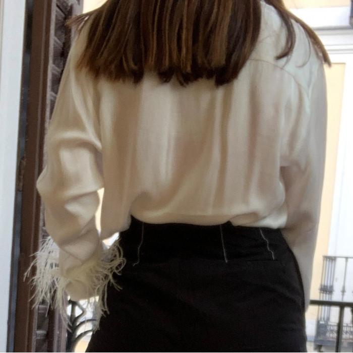 Camisa con plumas