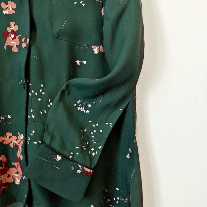 Camisa verde con estampado floral