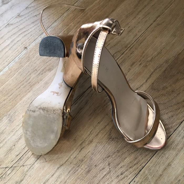 Sandalia tacón oro rosa