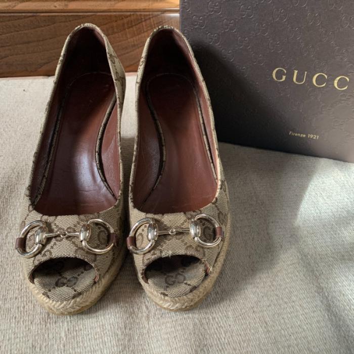 Cuñas de Gucci con logo