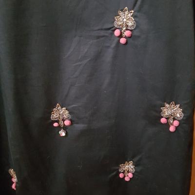 Vestido negro bordados