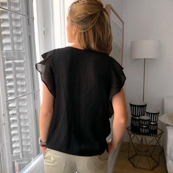 Camisa negra con volantes