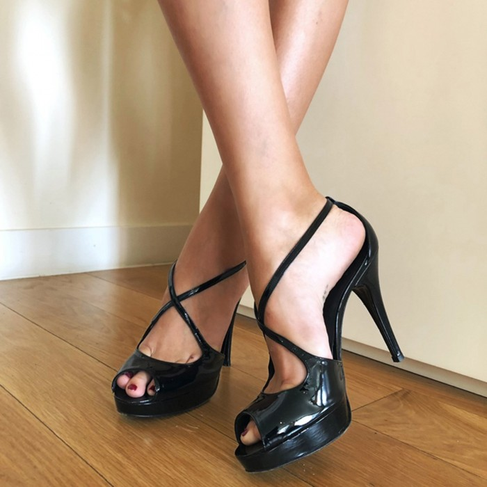 Sandalia peep toe en charol