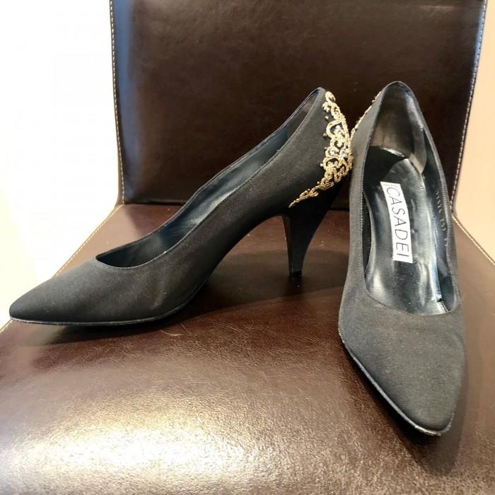 Zapato fiesta incrustaciones doradas
