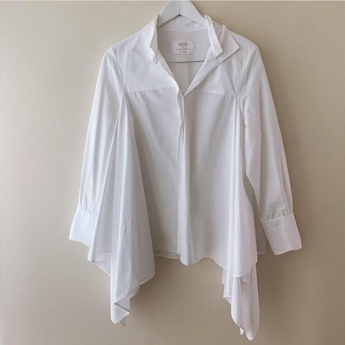 Camisa blanca con bajo asimétrico