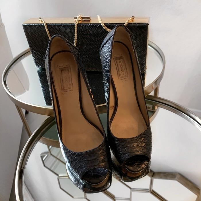 Zapato detalle dorado