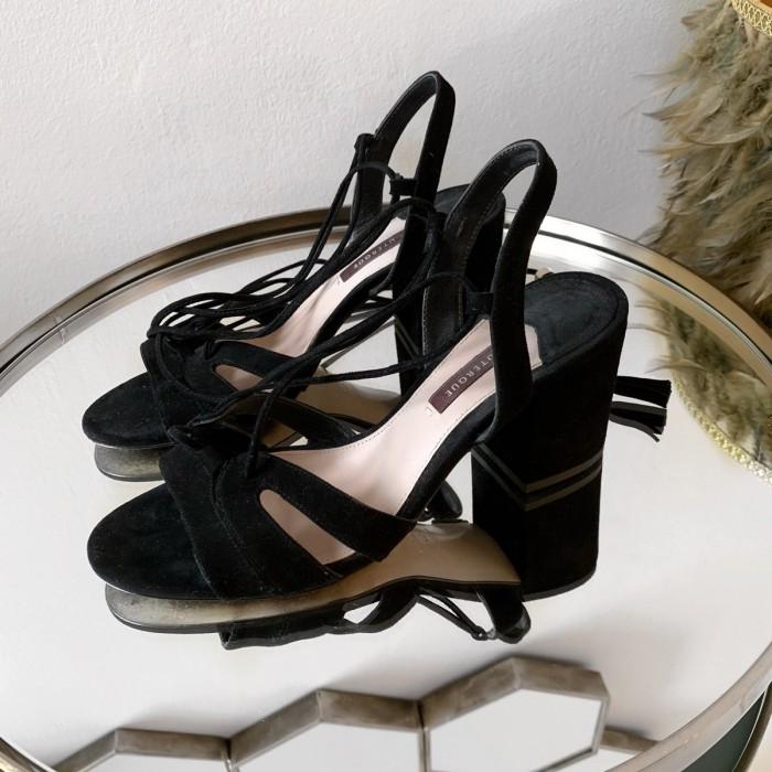 Sandalías con tiras al tobillo