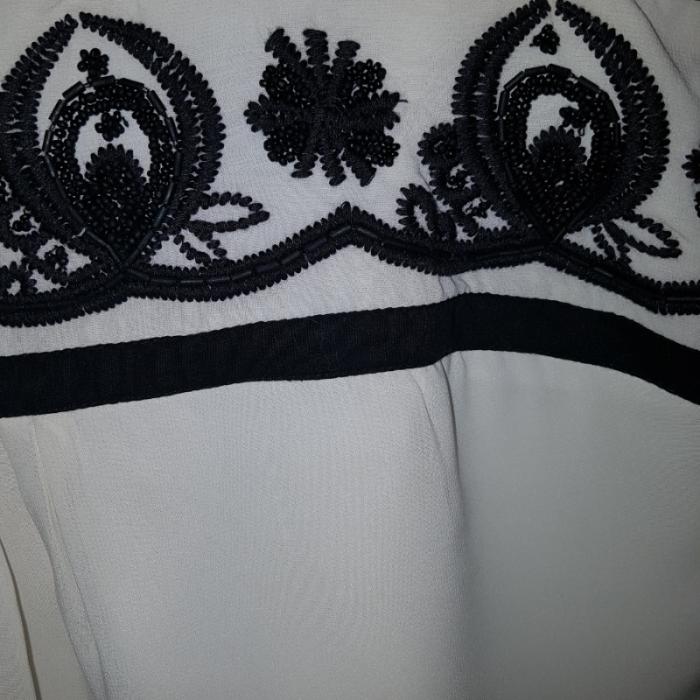 Top crudo bordados negros